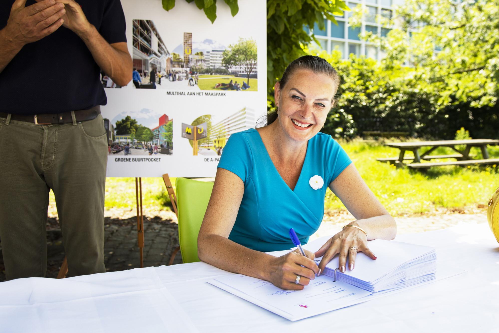 Ondertekening anterieure overeenkomst Unilever terrein door wethouder Somers